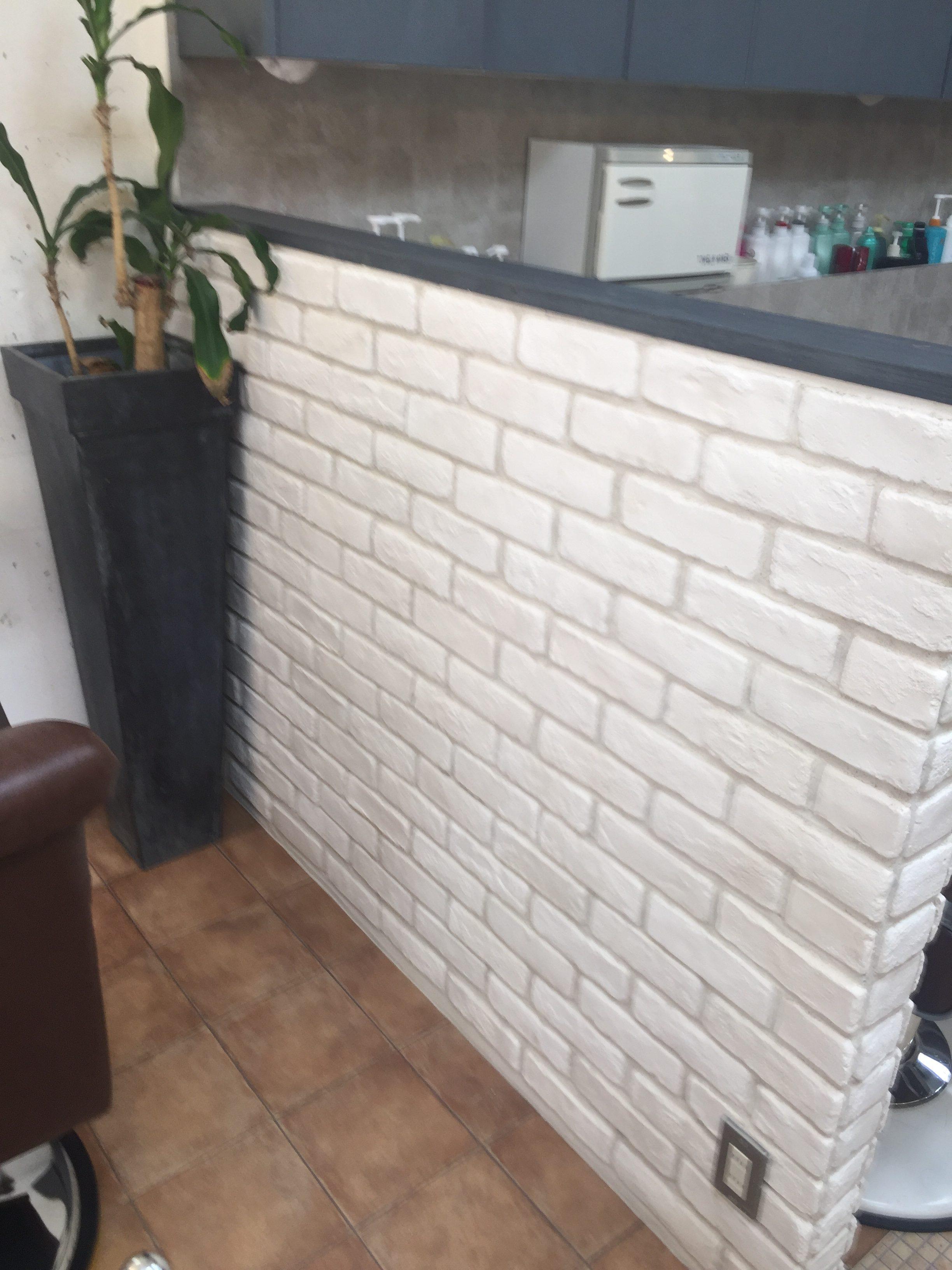 美容室模様替え壁紙をタイルに、、